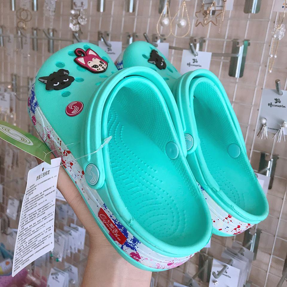 dep crocs xanh soc phoi