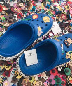 dep crocs xanh duong de trang phoi