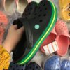 crocs band den xanh soc vang