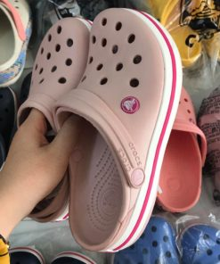 crocs hong de trang soc do