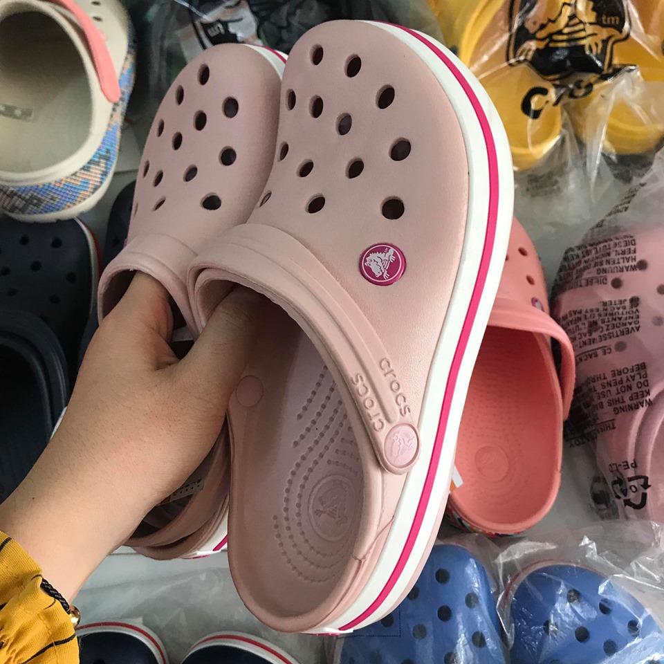 crocs hong de trang soc do