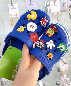 crocs xanh duong de trang soc xanh